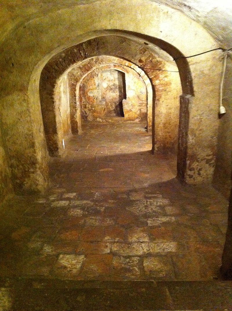 800px-Cueva_en_la_casa_natal_en_Almodóvar_del_Campo