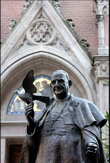 st pope john statue in istanbul.JPG
