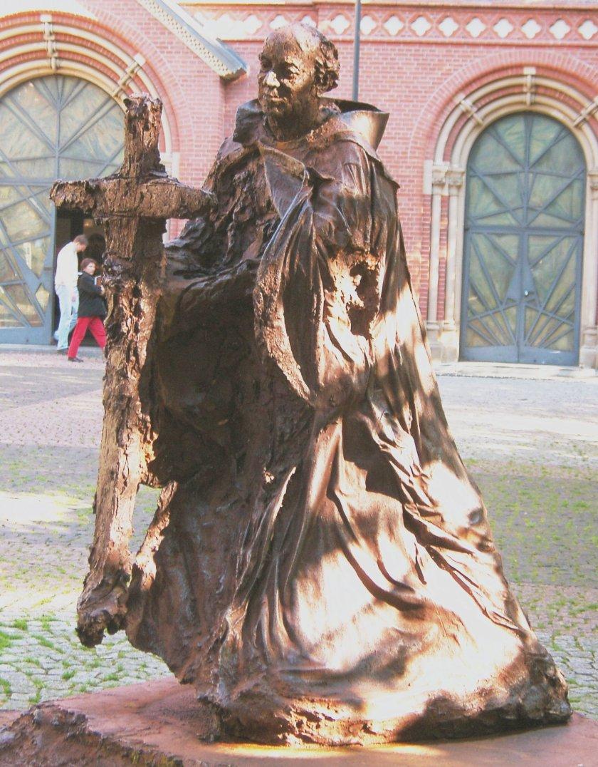 Hamburg,_Vorplatz_des_Neuen_Mariendoms,_St.-Ansgar-Statue.jpg