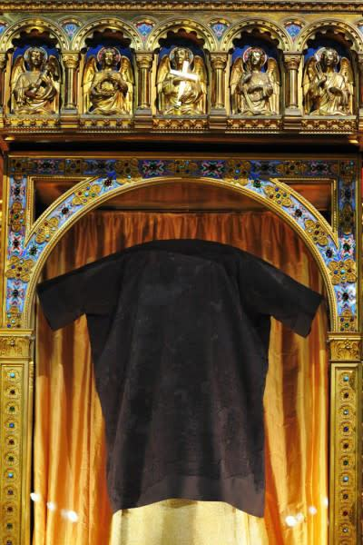 holy-tunic-close-up-marc-antoine_mouterde_argenteuil_2016-03-25-3-e1459629490824.jpg
