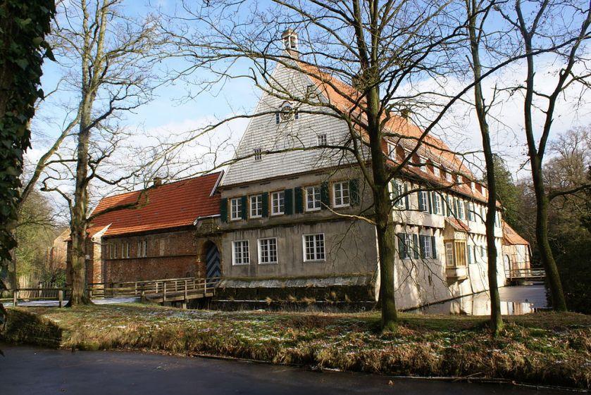 bl clemns von galen home 1024px-Burg_Dinklage_Wikipedia