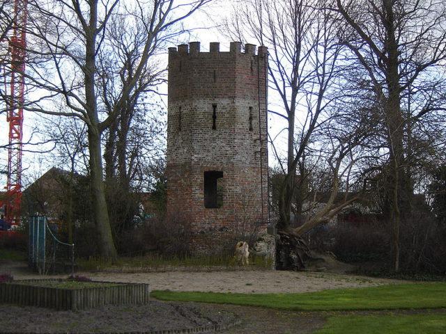 800px-Oudenburg_-_Toren_in_tuin_abdij-640x480