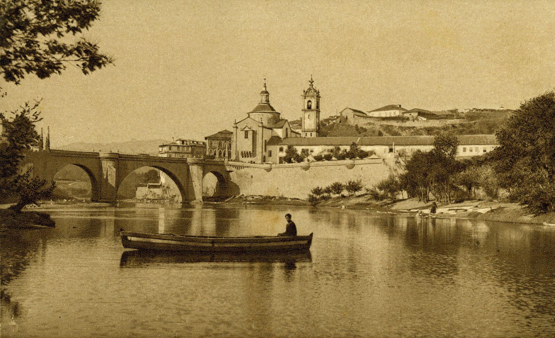 a view of the monastery and church 1910 Amarante,_trecho_do_rio_Tâmega.jpg
