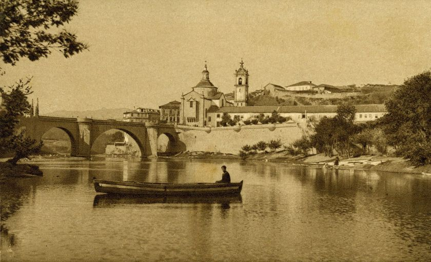 a view of the monastery and church 1910 Amarante,_trecho_do_rio_Tâmega.jpg